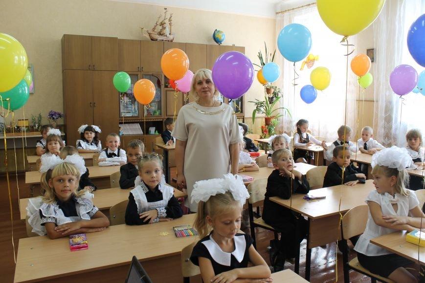Добропольская первая школа приняла первоклашек (ФОТО, ВИДЕО) (фото) - фото 1