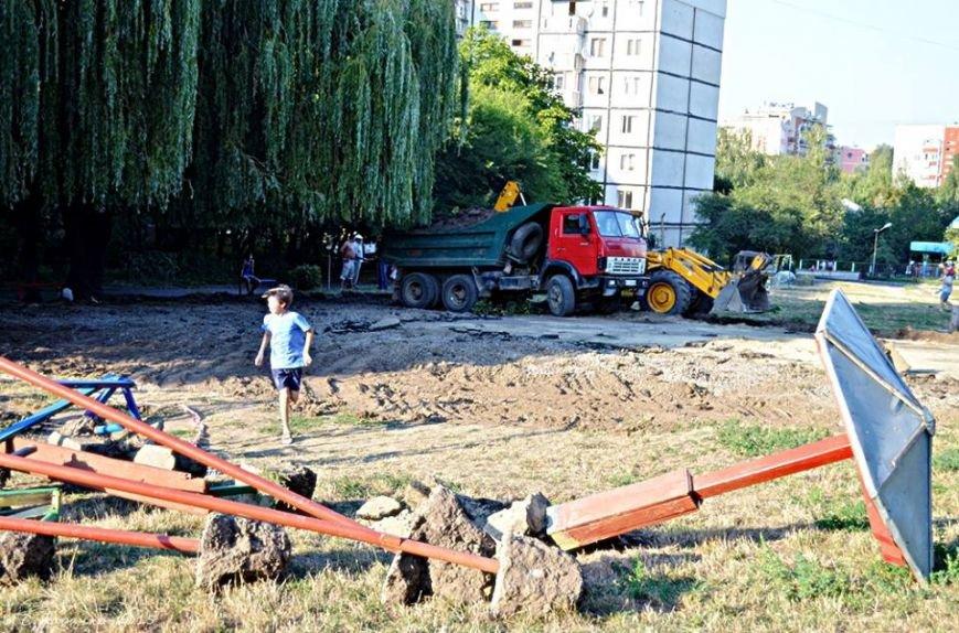 Чернівчани забили на сполох: у дворах зносять дитячі майданчики, фото-2