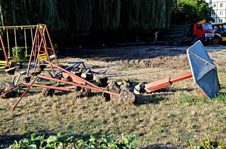 Чернівчани забили на сполох: у дворах зносять дитячі майданчики, фото-1