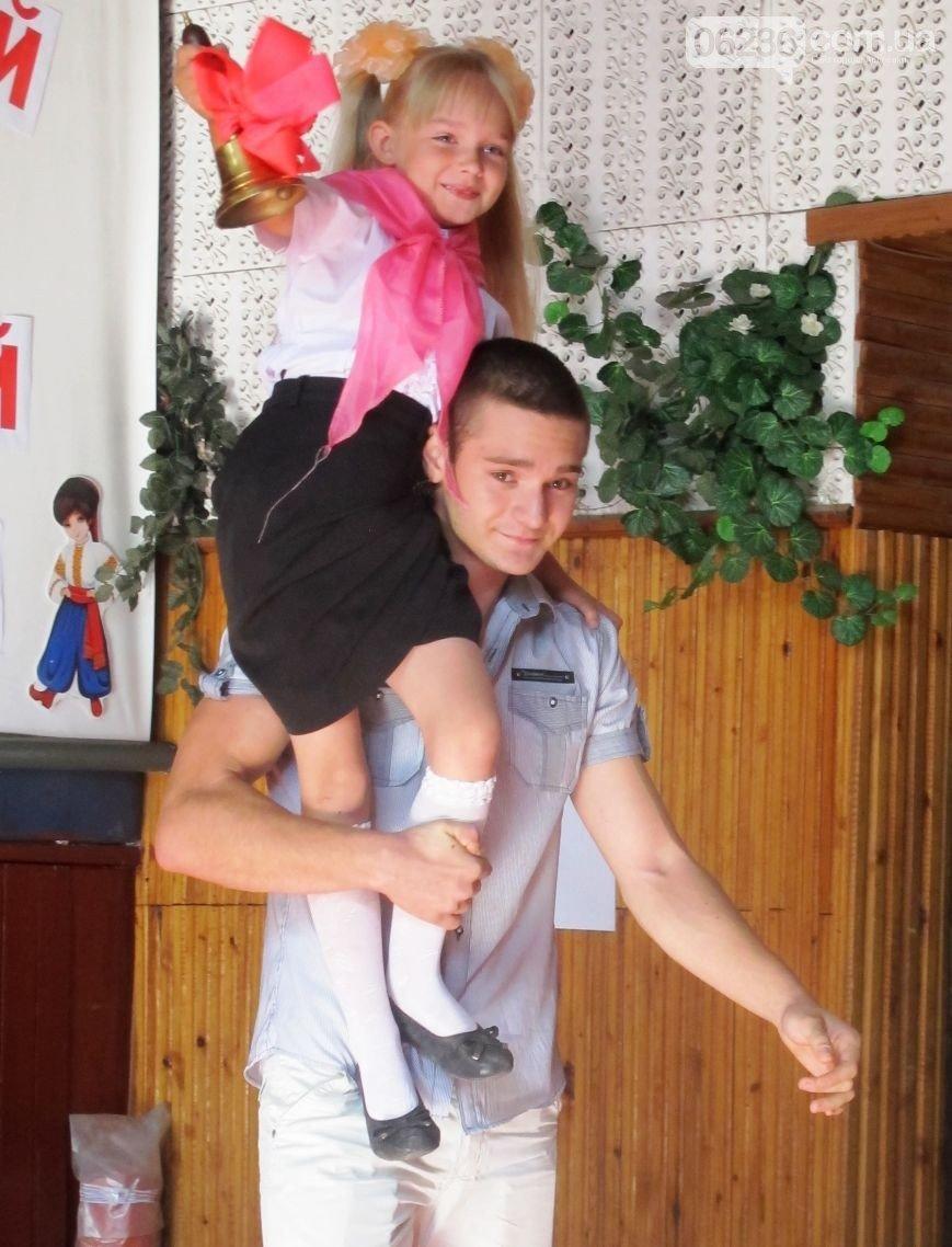 В Авдеевских школах прозвучал Первый звонок (ФОТО) (фото) - фото 1