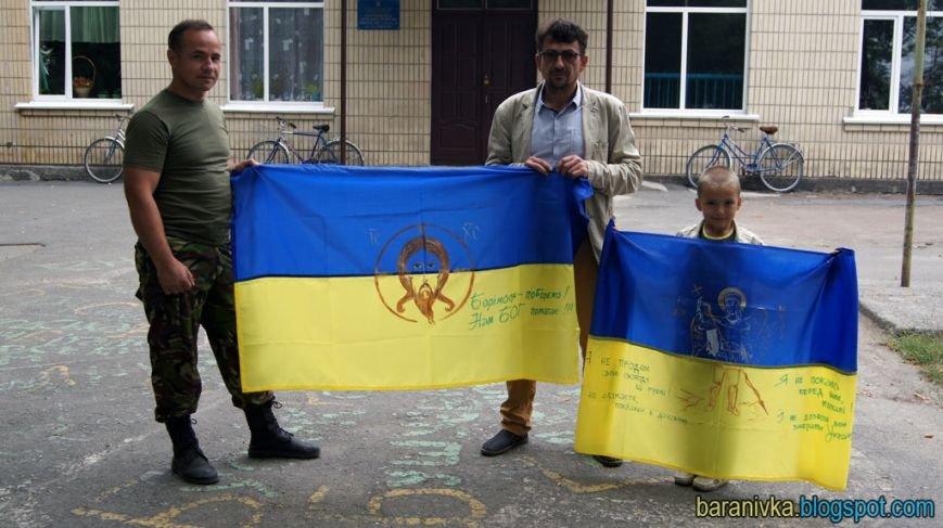 Художник з Баранівки передав бійцям на Схід прапори з образами святих (фото) - фото 1