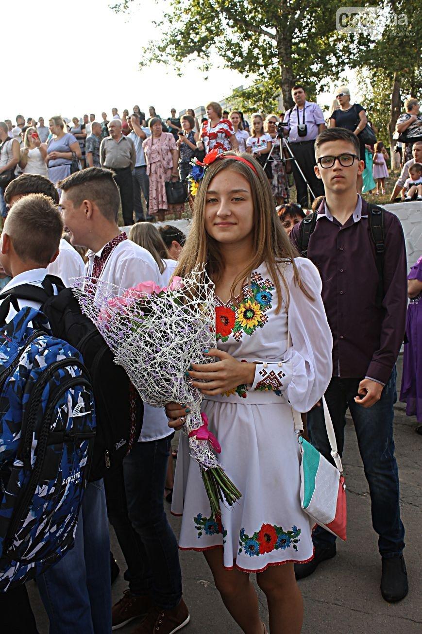 В Кривом Роге: «Жигули» влетели в «Опель» и маршрутку, на 1 сентября школьники предпочли надеть вышиванки, «гонщик» влетел в дерево (фото) - фото 3