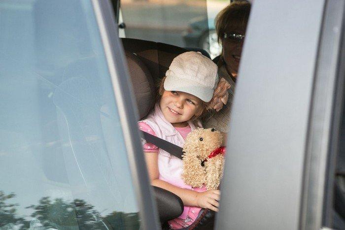 ГАИ Гродно провело акцию в центре города: детям дарили подарки и желали успешной учебы (фото) - фото 3