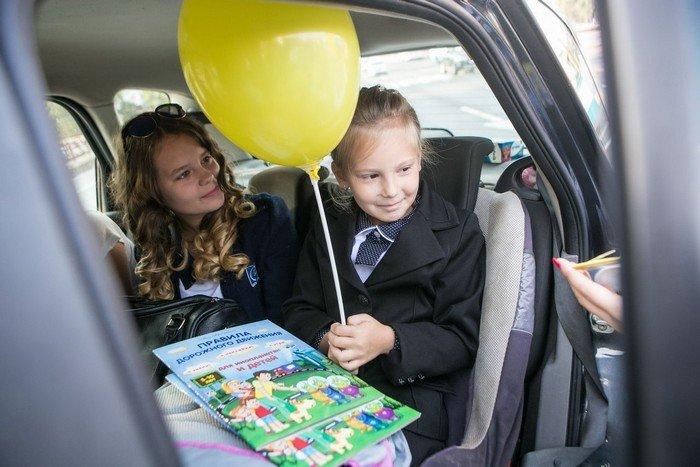 ГАИ Гродно провело акцию в центре города: детям дарили подарки и желали успешной учебы (фото) - фото 6