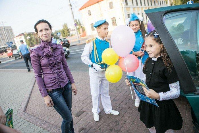 ГАИ Гродно провело акцию в центре города: детям дарили подарки и желали успешной учебы (фото) - фото 5