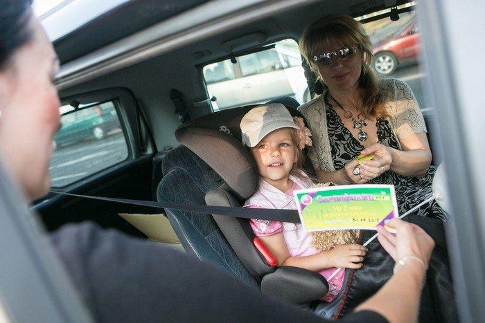 ГАИ Гродно провело акцию в центре города: детям дарили подарки и желали успешной учебы (фото) - фото 2