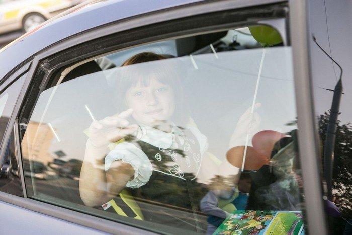 ГАИ Гродно провело акцию в центре города: детям дарили подарки и желали успешной учебы (фото) - фото 8
