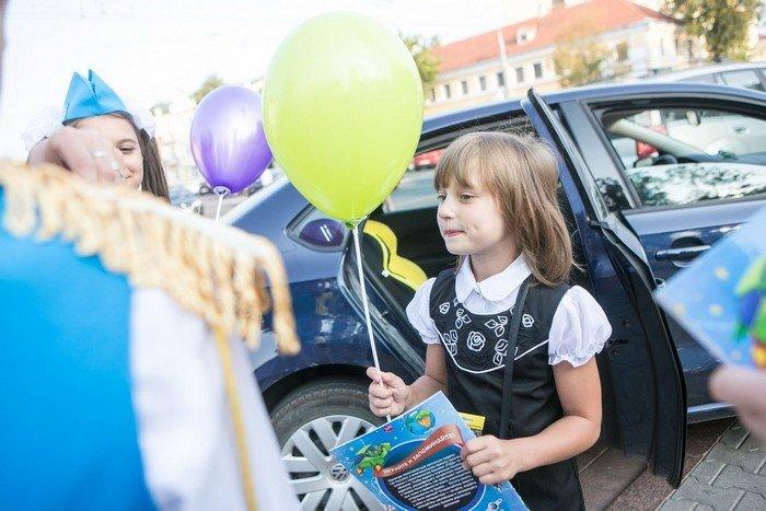 ГАИ Гродно провело акцию в центре города: детям дарили подарки и желали успешной учебы (фото) - фото 7