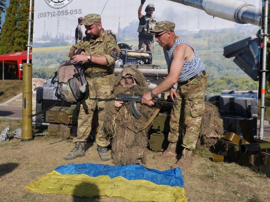 Тернопільські волонтери разом з військовими влаштували польову кухню, щоб зібрати кошти для бійців АТО (ФОТОРЕПОРТАЖ) (фото) - фото 2