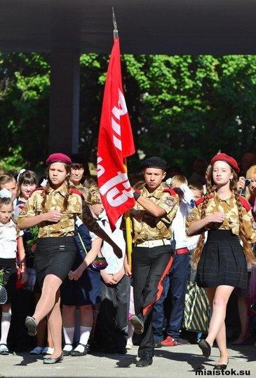 На 1 сентября в одной из школ Луганска дети маршировали в одежде милитари под красным знаменем (ФОТОФАКТ) (фото) - фото 1