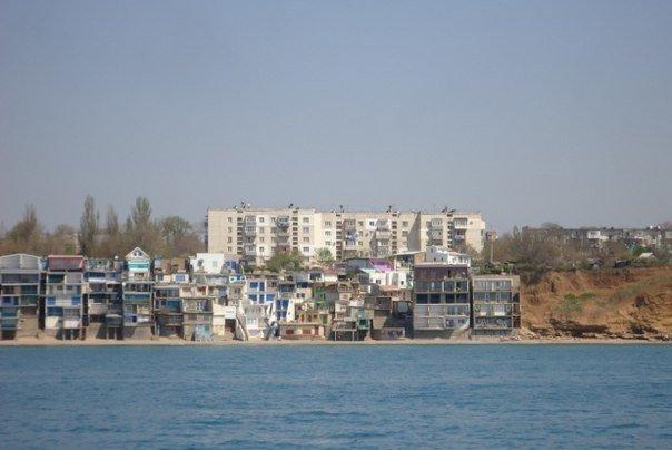 Севастопольский суд обязал владельцев снести многоэтажные «скворечники» на «Матросском пляже» в Каче (фото) - фото 3