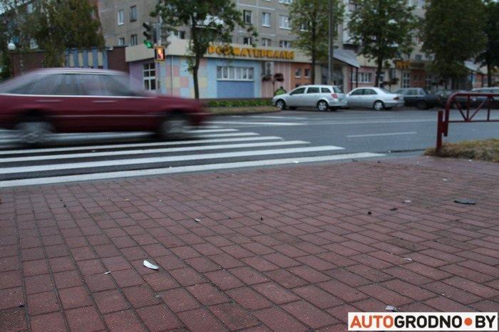 На ул Ольги Соломовой водитель мотоцикла сломал руку, врезавшись в автомобиль (фото) - фото 2