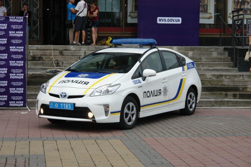 Бажаючі вступити до лав нової патрульної поліції в Івано-Франківську вишукуються в чергу вже з самого ранку (фото) - фото 7