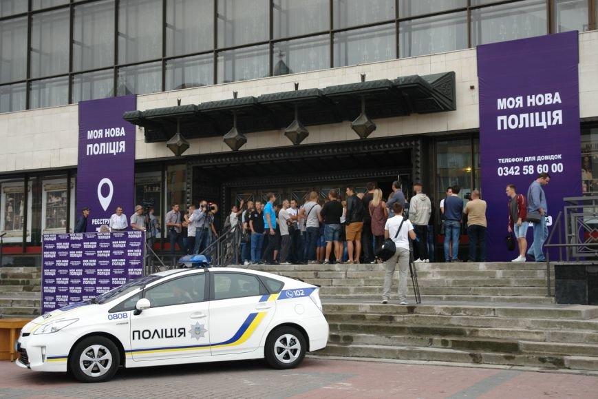 Бажаючі вступити до лав нової патрульної поліції в Івано-Франківську вишукуються в чергу вже з самого ранку (фото) - фото 5