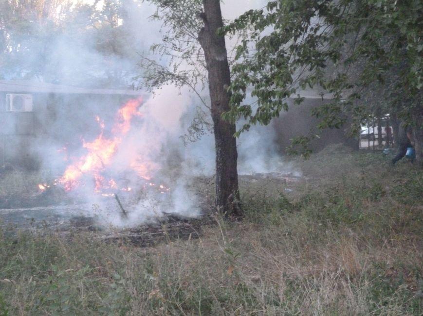 Криворожские предприниматели молча смотрели, как в полуметре от их ларьков неизвестные устроили пожар (ФОТО) (фото) - фото 4