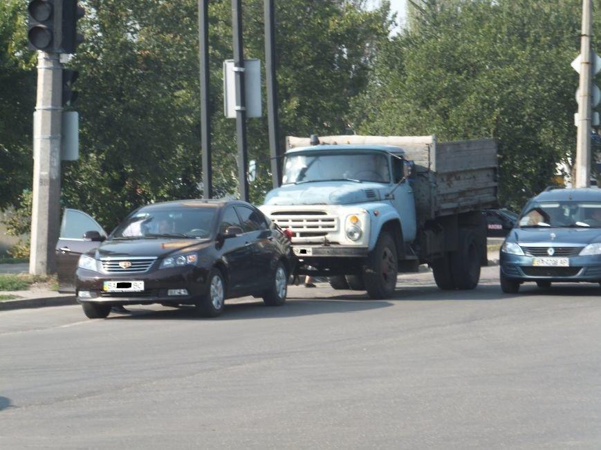 В Кировограде грузовик протаранил легковой автомобиль. ФОТО (фото) - фото 1
