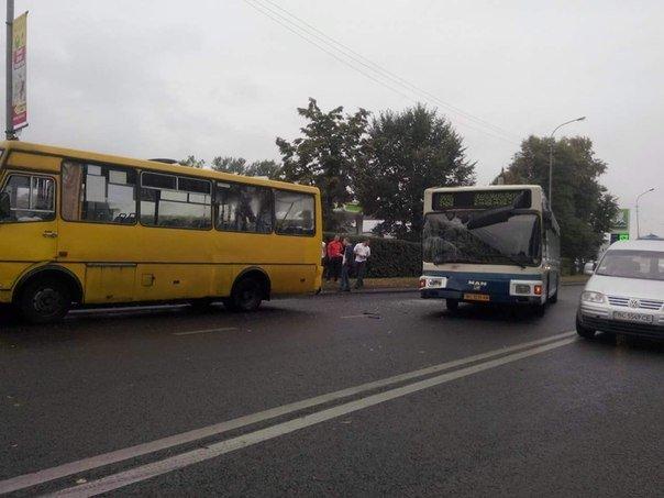 На вул. Липинського зіштовхнулись дві маршрутки (ФОТО) (фото) - фото 1