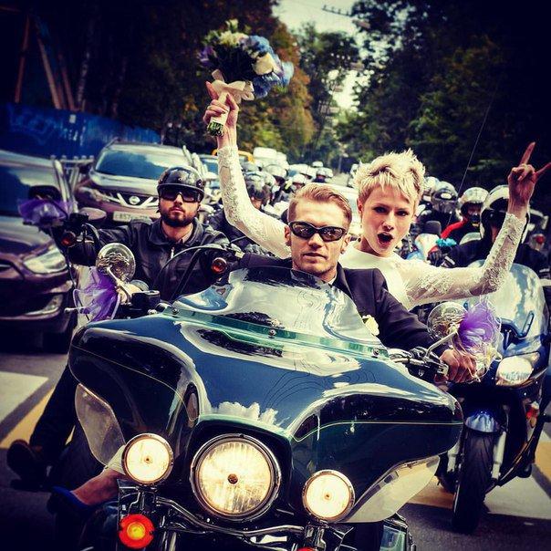 Гости Царского Села на выходных приняли участие в свадебной мотоколонне (фото) - фото 3
