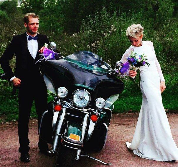 Гости Царского Села на выходных приняли участие в свадебной мотоколонне (фото) - фото 4