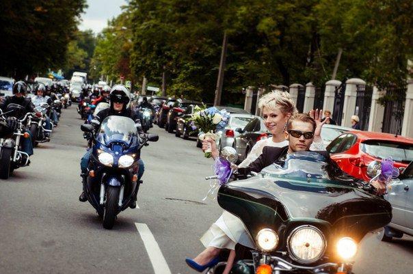 Гости Царского Села на выходных приняли участие в свадебной мотоколонне (фото) - фото 1
