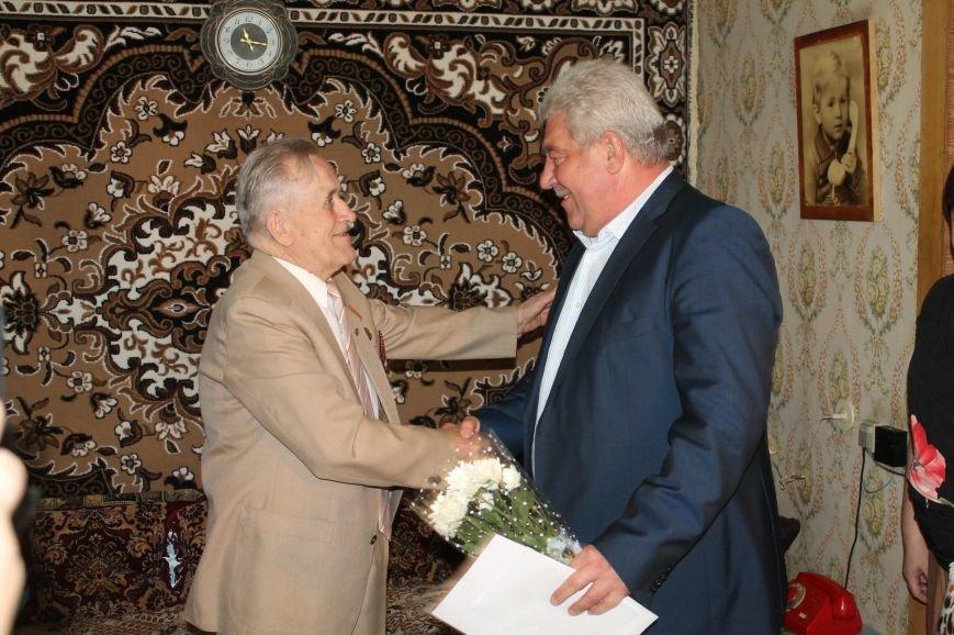 Артемовские ветераны получили помощь и подарки в честь праздника, фото-1