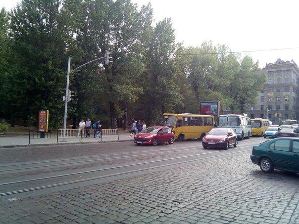 На вул. Городоцькій автобус потрапив в аварію (фото) - фото 1