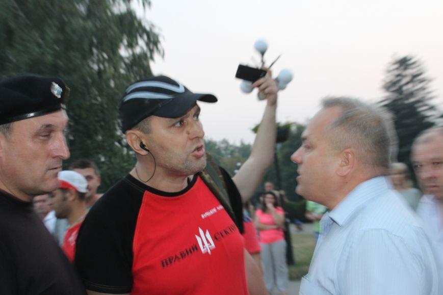 Мэру Кривого Рога Юрию Вилкулу, пришедшему на встречу бойцов 17-й танковой,  граждане скандировали  «Ганьба!» (ФОТО, ВИДЕО), фото-7