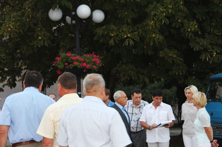 Мэру Кривого Рога Юрию Вилкулу, пришедшему на встречу бойцов 17-й танковой,  граждане скандировали  «Ганьба!» (ФОТО, ВИДЕО), фото-2