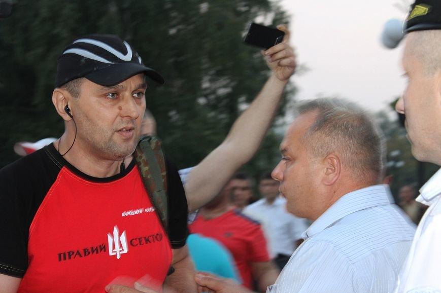 Мэру Кривого Рога Юрию Вилкулу, пришедшему на встречу бойцов 17-й танковой,  граждане скандировали  «Ганьба!» (ФОТО, ВИДЕО), фото-10