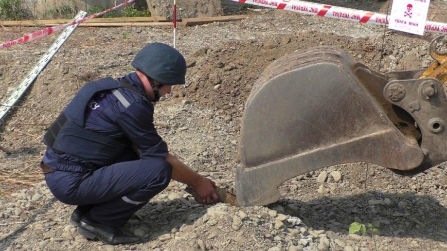 У Чернівцях будівельники виявили артилерійський снаряд (фото) - фото 3