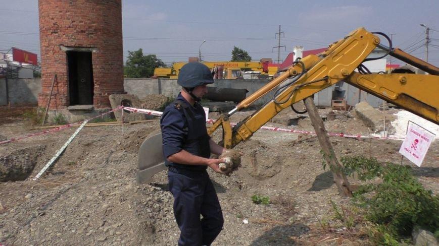 У Чернівцях будівельники виявили артилерійський снаряд (фото) - фото 1