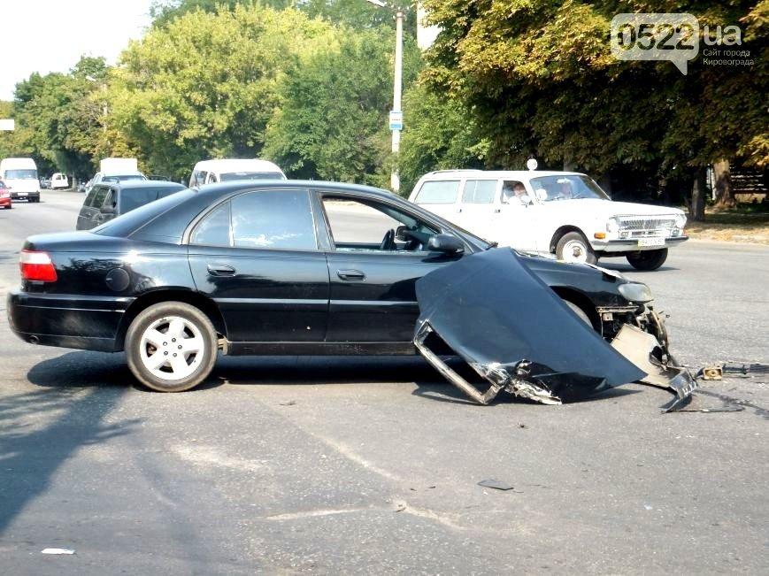 В Кировограде произошло ДТП: пассажирский микроавтобус vs. легковой автомобиль. ФОТО (фото) - фото 2