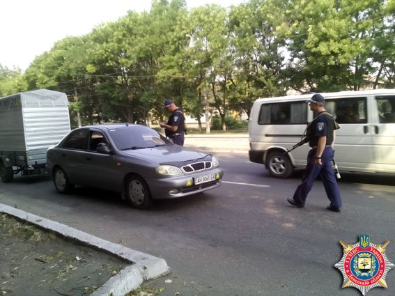 В Мариуполе сотрудники ГАИ «охраняют» дорогу возле школ (фото) - фото 1