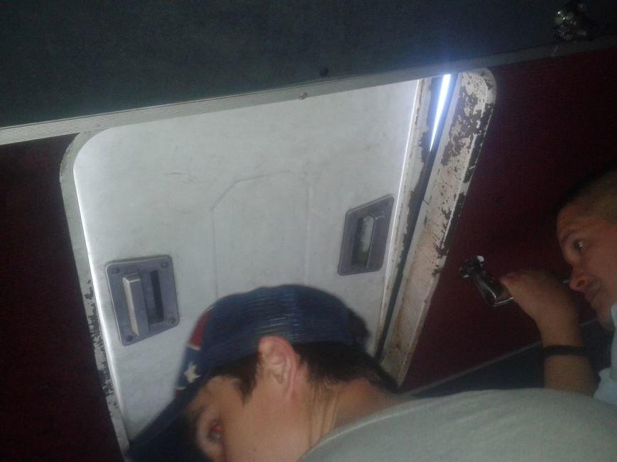 Криворожане возмущаются, что за 5 гривен они вынуждены ездить в поломанных душных маршрутках (ФОТО) (фото) - фото 1