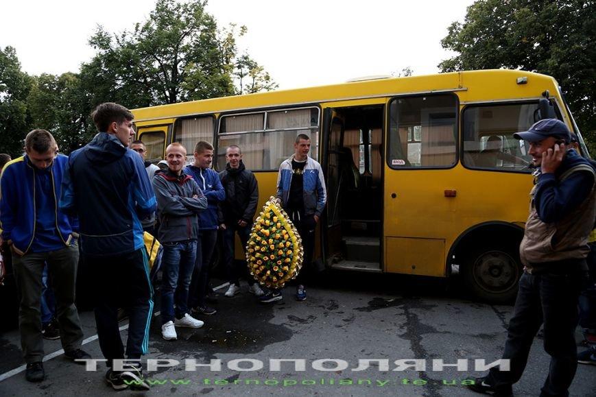 Фанати тернопільської «Ниви» принесли своїй команді похоронний вінок (фото) (фото) - фото 1