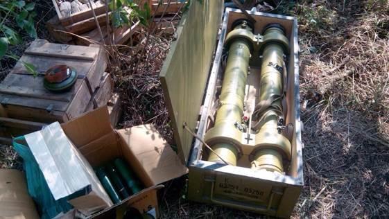 Возле трассы «Артемовск - Лисичанск» найден большой арсенал оружия (фото) - фото 1