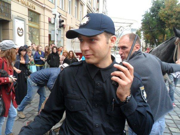 У центрі Львова перехожі стали на захист травмованого коня, якого копав фірман (ФОТО+ВІДЕО) (фото) - фото 2