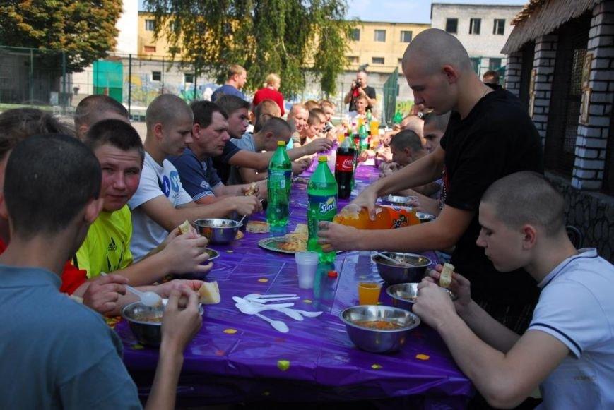 Ребятам кременчугской воспитательной колонии устроили «спортивный день» и угостили их шашлыком (фото) - фото 8