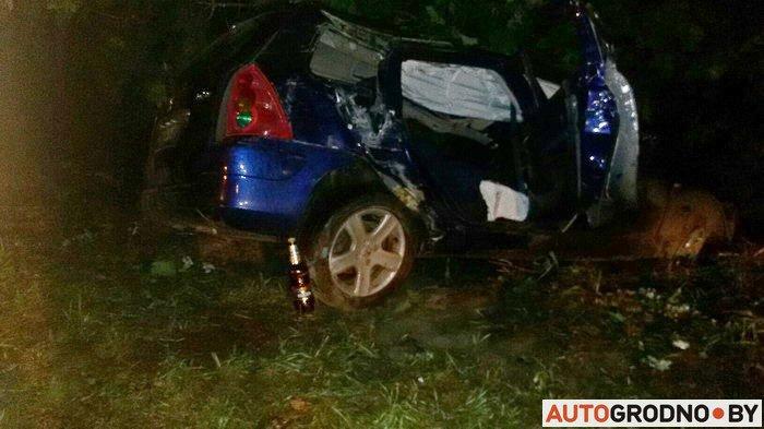 В Гродно пьяный водитель, имеющий 28 судимостей, врезался в столб: двое его пассажиров госпитализированы (фото) - фото 2