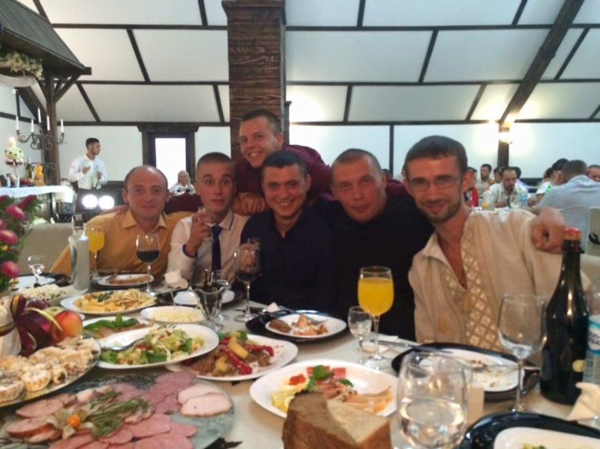 Боєць АТО, як і обіцяв, повернувся і відіграв весілля на Буковині, фото-1
