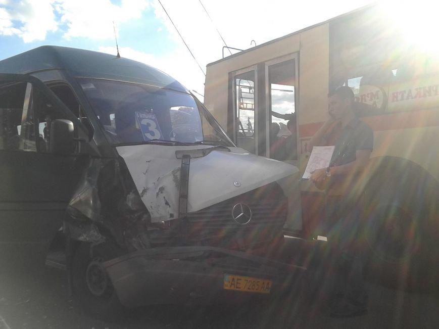 ДТП в Кривом Роге: при столкновении двух маршруток тяжело травмирована  15-летняя девочка  (ФОТО) (фото) - фото 1