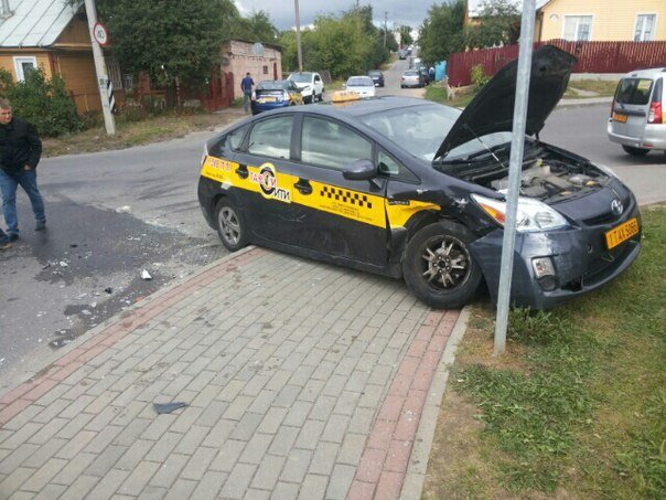В Гродно такси въехала в «Тайоту»: от удара машину отбросило на другой автомобиль (фото) - фото 1