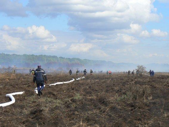 126 рятувальників гасять торф у Хмельницькому районі (Фото) (фото) - фото 1