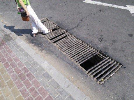 У Тернополі може трапитись нещасний випадок через небезпечну каналізаційну решітку (фото) (фото) - фото 1
