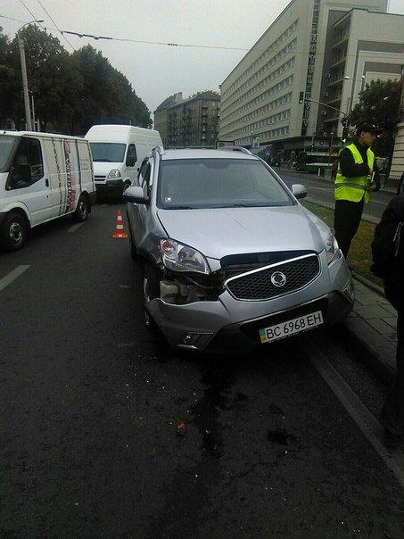 Поблизу зупинки, що на проспекті Чорновола аварія (ФОТО) (фото) - фото 2
