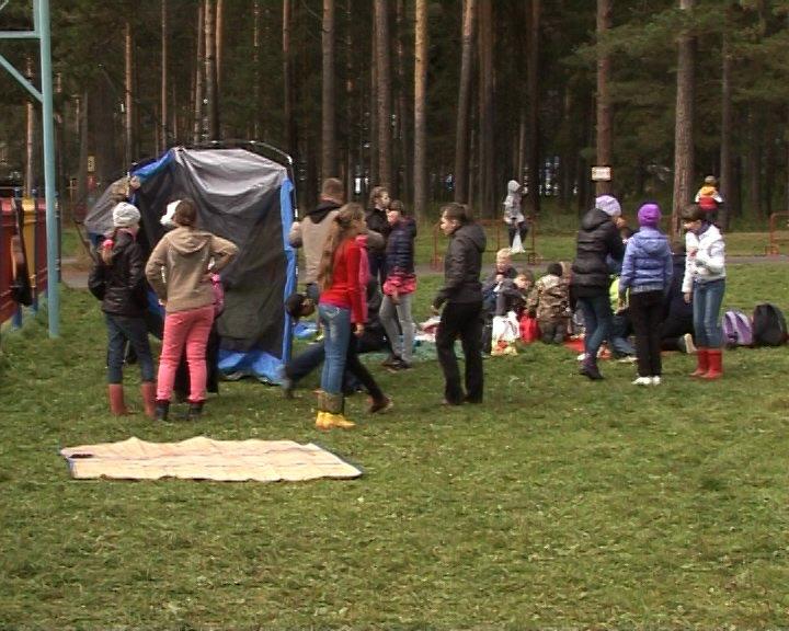 Полевские школьники встретили осень в палатках. Фотофакт (фото) - фото 1