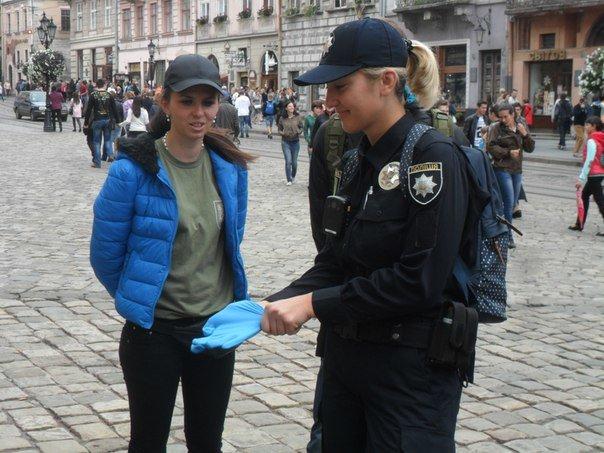 У Львові нові поліцейські допомогли вагітній жінці, яка заснула на лавці (ФОТО+ВІДЕО) (фото) - фото 1