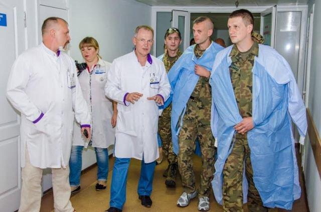 Львовские врачи из зоны АТО посетили своих подопечных в больнице им. Мечникова, фото-1