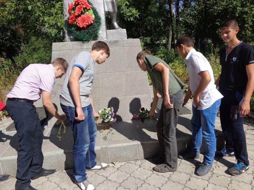 Учащиеся ОШ №6 возложили цветы к братской могиле героев-освободителей Красноармейска (фото) - фото 5