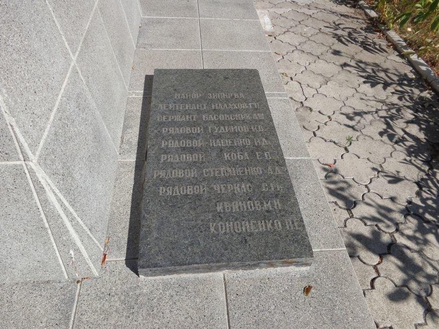 Учащиеся ОШ №6 возложили цветы к братской могиле героев-освободителей Красноармейска (фото) - фото 1